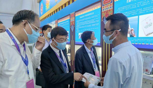 2021年中关村论坛展览(科博会)开幕,西藏代表团参观西藏展览馆缩略图